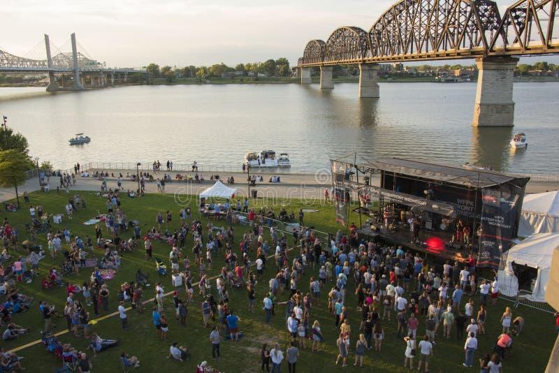 Konzert des Sommers im Freien, WFPK-Ufergegend Mittwoch, Louisville, K stockbilder