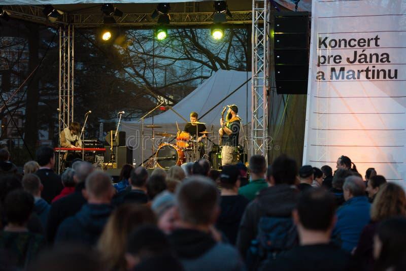 Konzert für ermordeten Untersuchungsreporter Jan Kuciak und sein fiancée Martina Kusnirova in Pezinok, Slowakei im April 3, 2018 stockbild