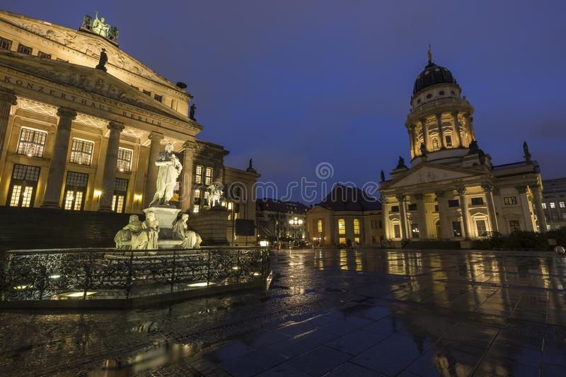 Konzerthaus Berl?n y catedral francesa en Berl?n en la oscuridad fotos de archivo libres de regalías