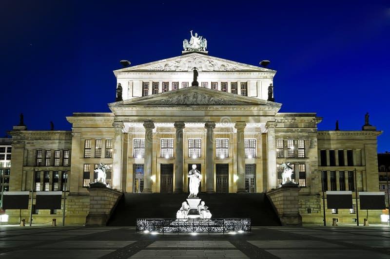 Konzerthaus in Berlijn bij nacht stock foto