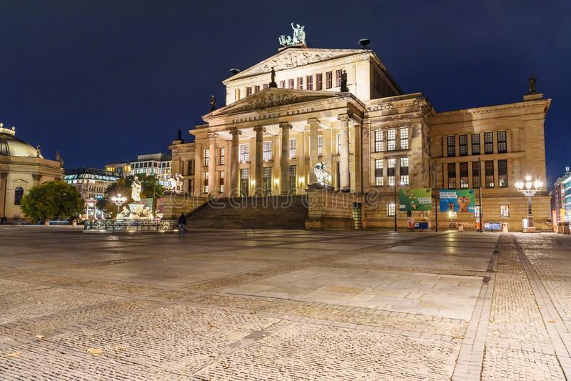 Konzerthaus Berlin är konserthallen på den Gendarmenmarkt fyrkanten på natten berkshires germany royaltyfri foto