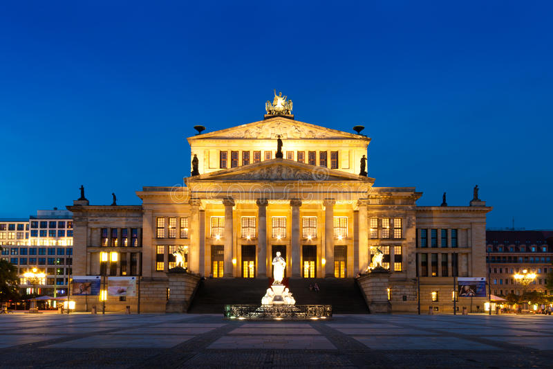 Konzerthaus en Gendarmenmarkt, un cuadrado famoso en Berlín, alemana imagenes de archivo