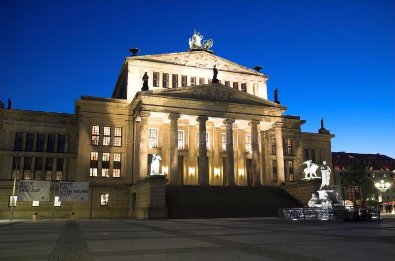 Konzerthaus i Berlin på natten arkivfoton