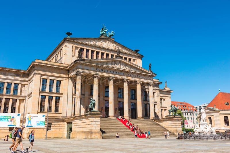 Konzerthous en het standbeeld van Friedrich Schiller in Gendarmenmarkt in Berlijn royalty-vrije stock afbeelding