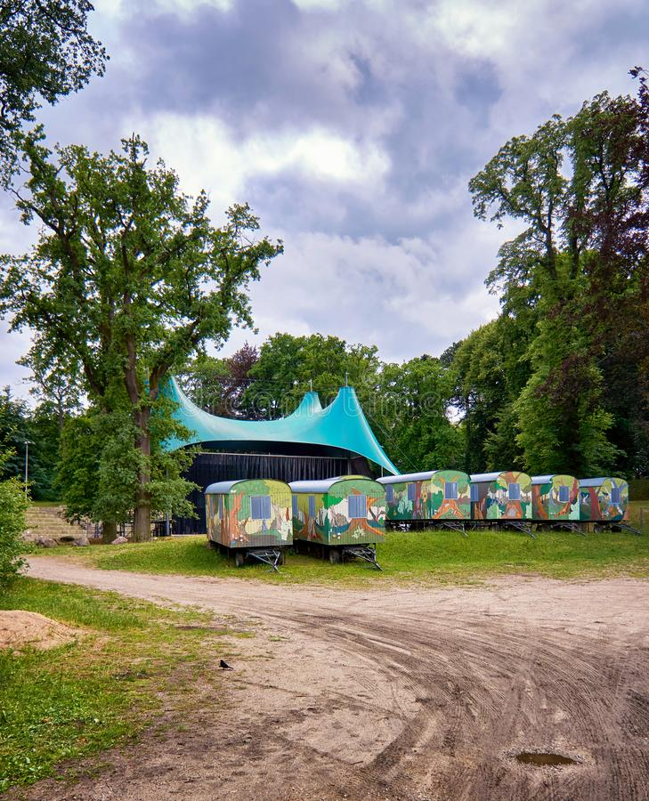 Konzertplatz im Wald mit bemalten Anhängern Schwerin, Deutschland stockfotos