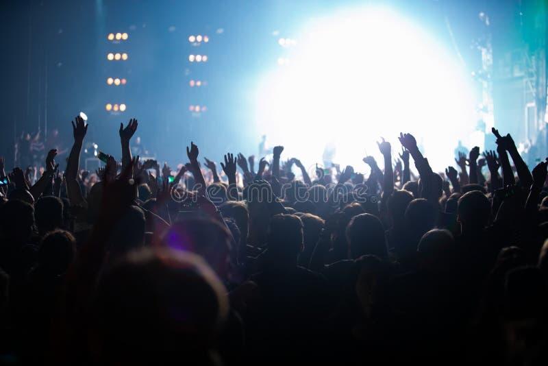 Konzertstadiumslichter und -menge auf Tanzboden partying zur Musik stockbilder