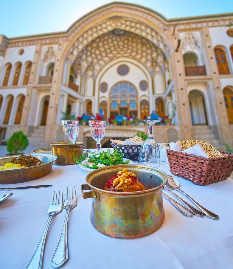 Koofteh Tabrizi no restaurante tradicional de Kashan, Irã imagens de stock