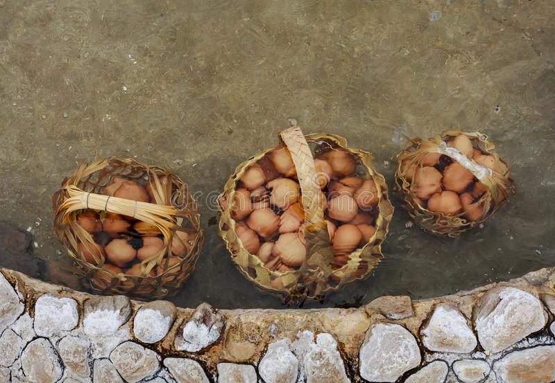 Kook de eieren in de hete lentes stock afbeeldingen