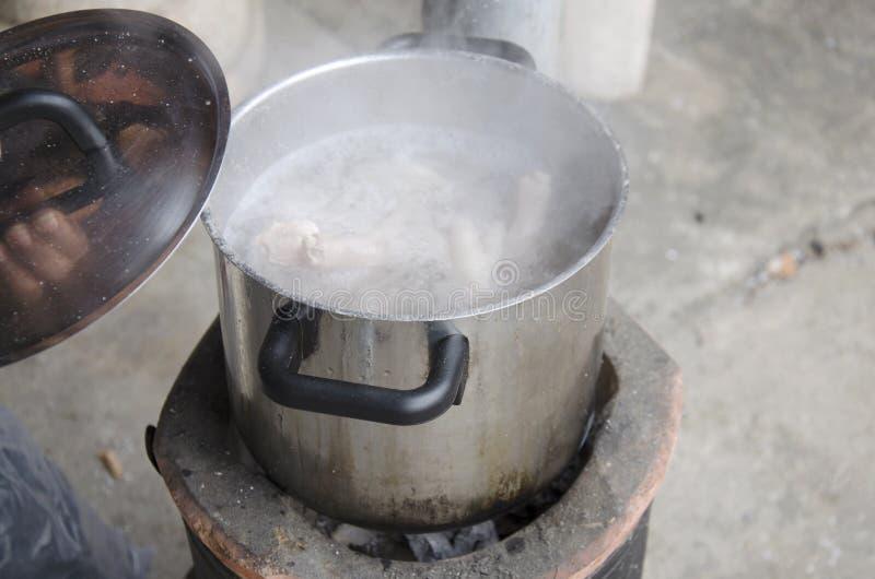 Kook kippenbeen, voet en varkensvleesbeen voor het koken van soepvoorraad royalty-vrije stock afbeeldingen