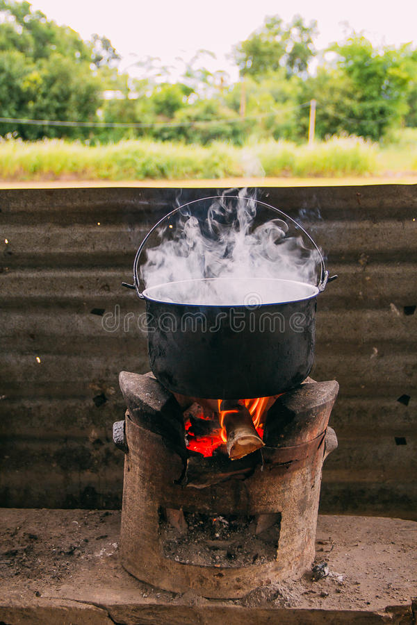 Kook water met fornuis stock fotografie