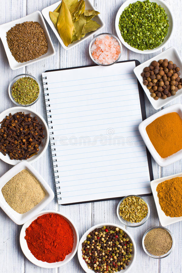 Kookboek en diverse kruiden en kruiden. royalty-vrije stock foto