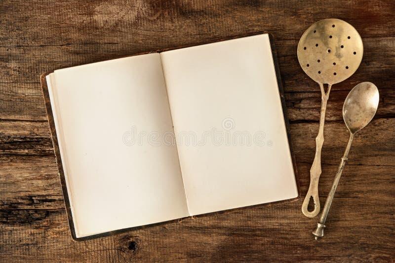 Kookboek en keukengerei royalty-vrije stock foto's