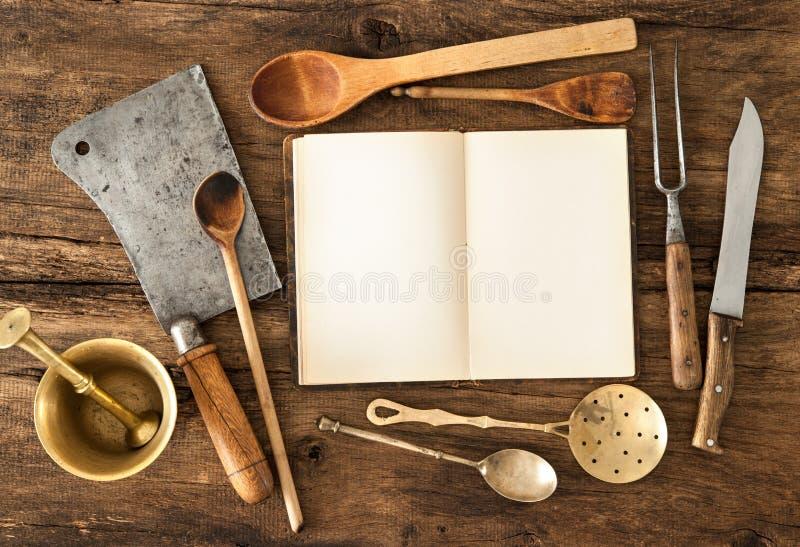 Kookboek en keukengerei stock foto