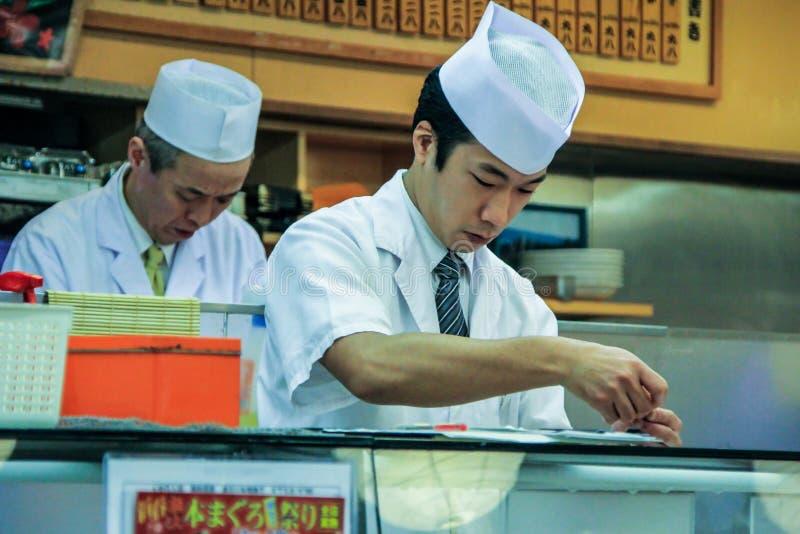 Kooktoestellen in de sushibar Een mensen kokende sushi en broodjes Nationaal voedsel van Japan royalty-vrije stock foto