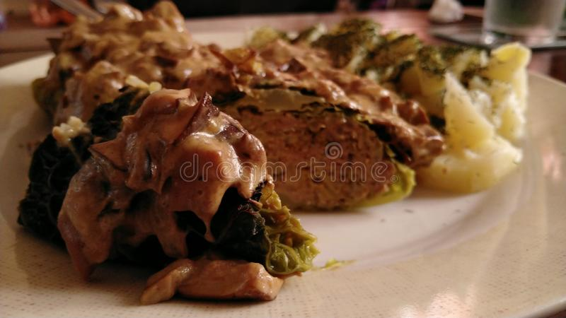 Koolbroodjes die met paddestoelsaus en aardappels worden gediend met verse dille stock foto