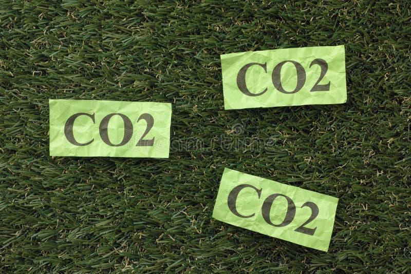 Kooldioxideco2 op een groen gras royalty-vrije stock afbeeldingen
