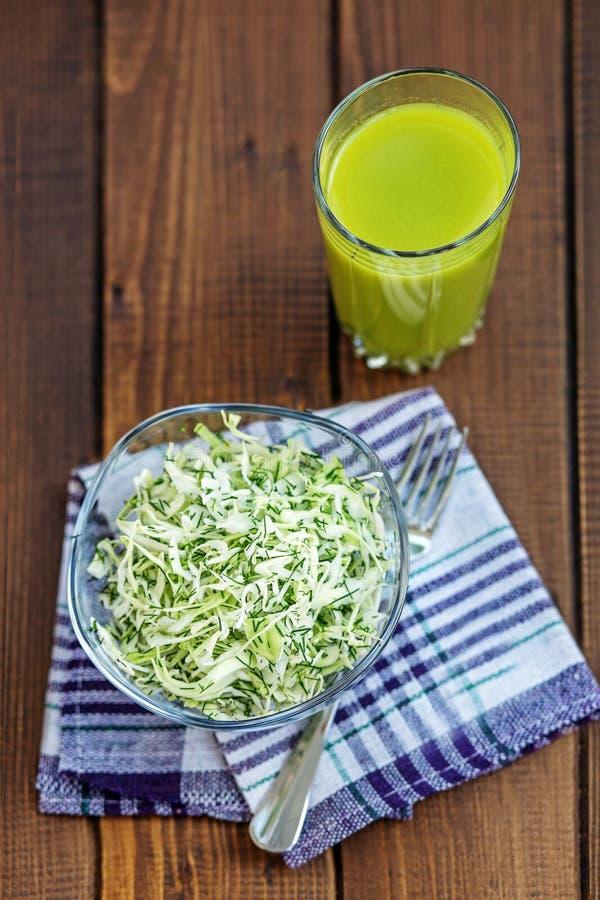 Koolsalade en kruiden Transparante appelen die in glas vallen Het concept is gezonde FO royalty-vrije stock afbeelding