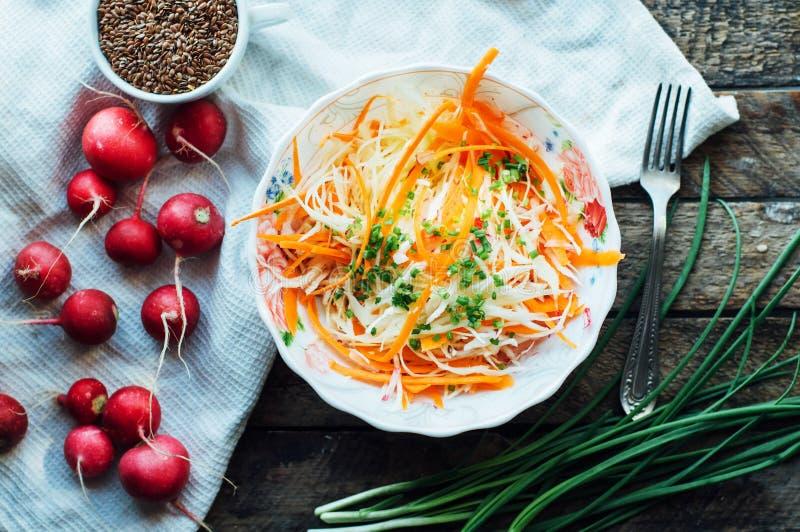 Koolsalade koolsalade met zoete binnen wortel, radijs, boog royalty-vrije stock afbeelding