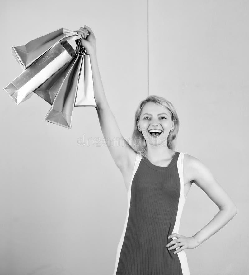 Koop alles u wilt Meisje tevreden met het winkelen Uiteinden om verkoop met succes te winkelen De greepbos van de vrouwen rode kl royalty-vrije stock afbeelding