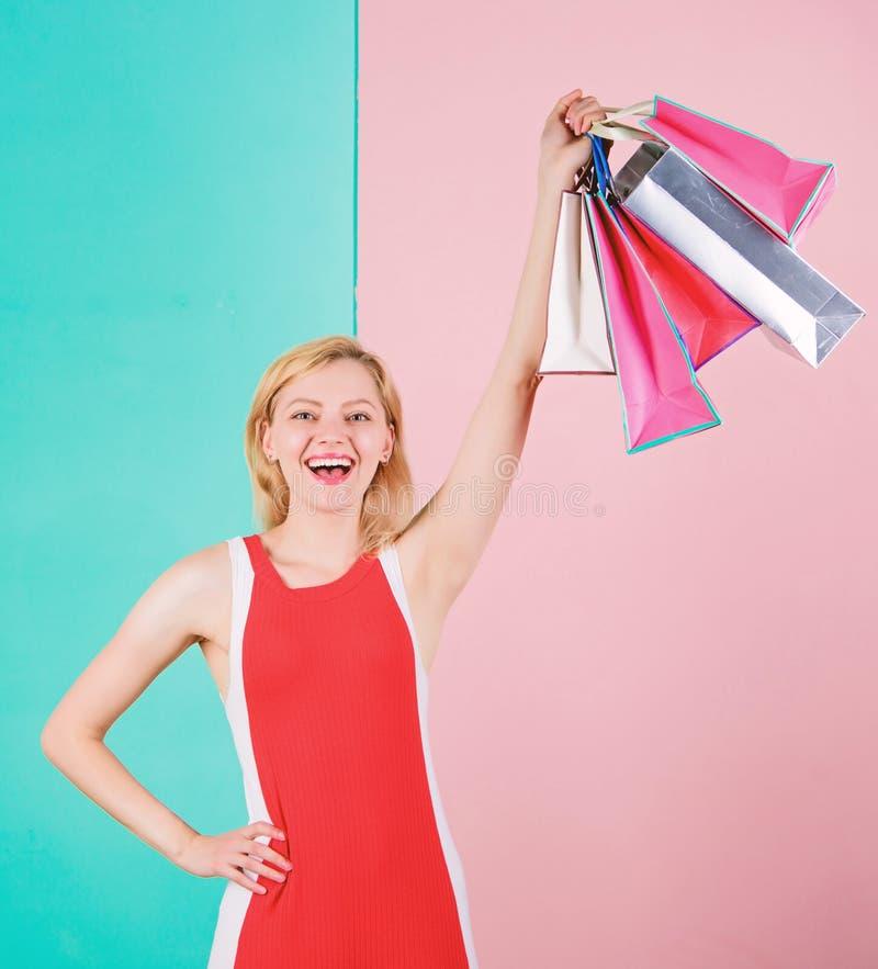Koop alles u wilt Meisje tevreden met het winkelen Uiteinden om verkoop met succes te winkelen De greepbos van de vrouwen rode kl royalty-vrije stock afbeeldingen