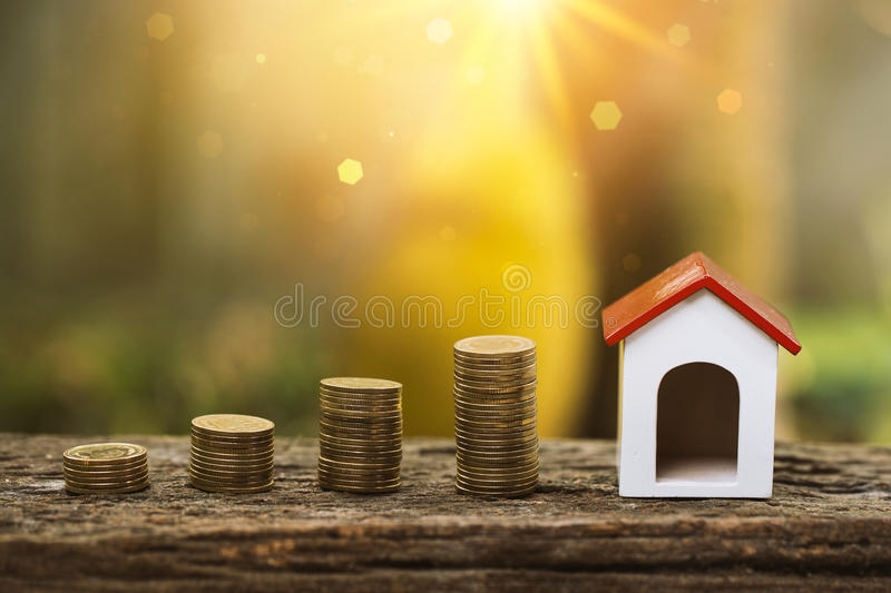 Koop huis of het verkopen voor het concept van de onroerend goedindustrie stock foto