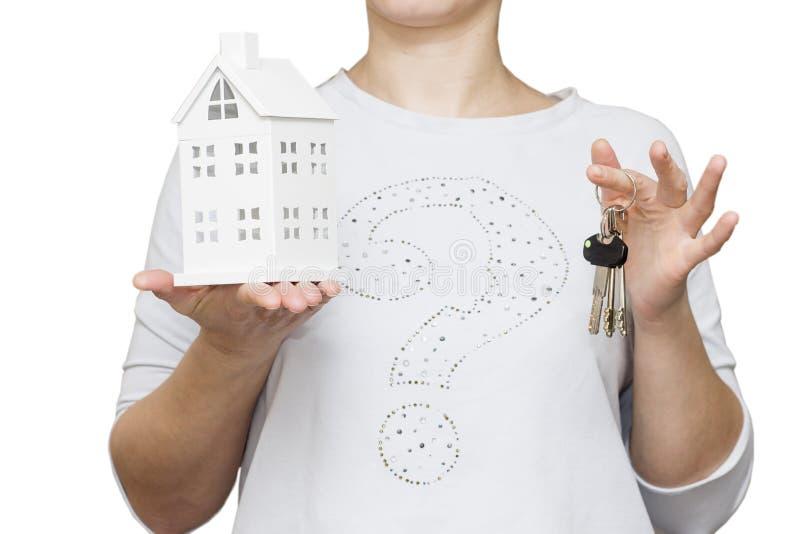Koop nieuw huisconcept Close-up van het model van de meisjesholding van huis in één hand en sleutels in andere hand stock foto