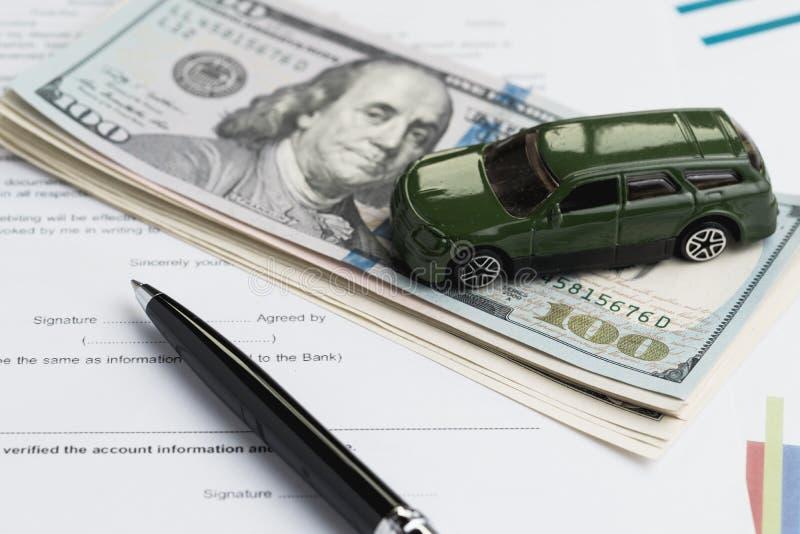 Koop of verkoop auto, hurend de automobiele dienst met miniatuurauto o royalty-vrije stock afbeeldingen