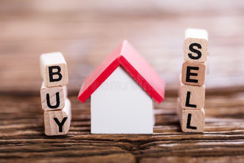 Koop of verkoop Optie met Plattelandshuisjemodel stock afbeelding