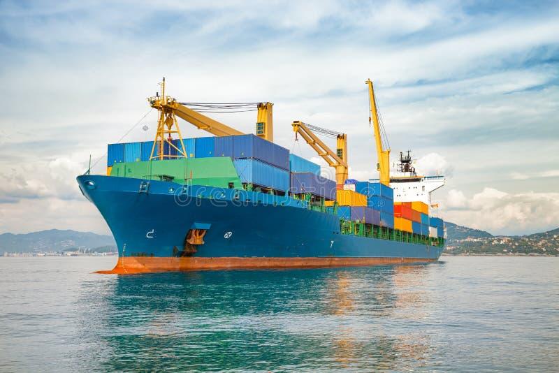 Koopvaardijcontainerschip stock afbeeldingen