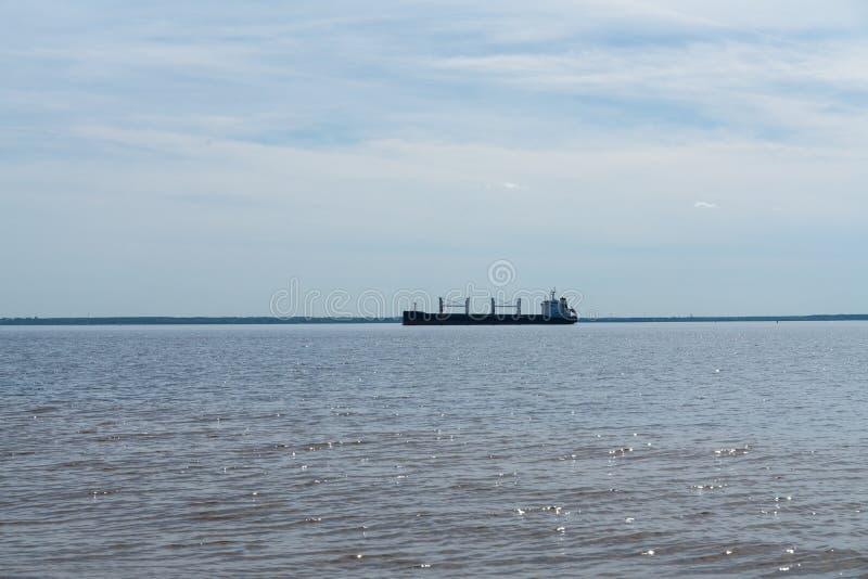Koopvaardijschip voor vervoer van containers aan boord op zee Het werk van de industrie stock afbeelding