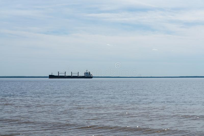 Koopvaardijschip voor vervoer van containers aan boord op zee Het werk van de industrie stock fotografie