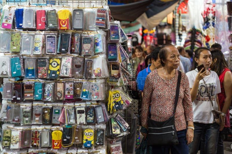 Koopwaar en mensen bij markt in Hong Kong royalty-vrije stock foto