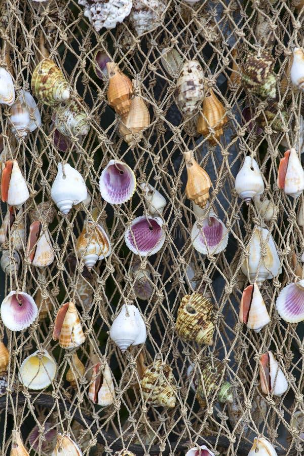 Koord netto met kleurrijke shells, met de hand gemaakte decoratie, herinneringswinkel, Italiaanse Riviera, Itali? stock fotografie