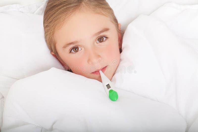 Koorts, koude en griep - Geneesmiddelen en hete thee in dichtbijgelegen, ziek meisje i stock afbeeldingen