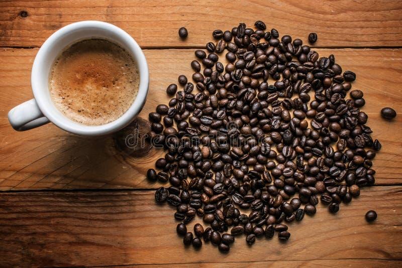 Kop espresso en koffiebonen stock foto