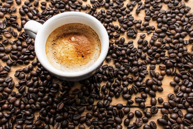 Kop espresso en koffiebonen royalty-vrije stock fotografie