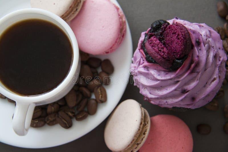 Kop espresso en snoepjes op grijs royalty-vrije stock foto