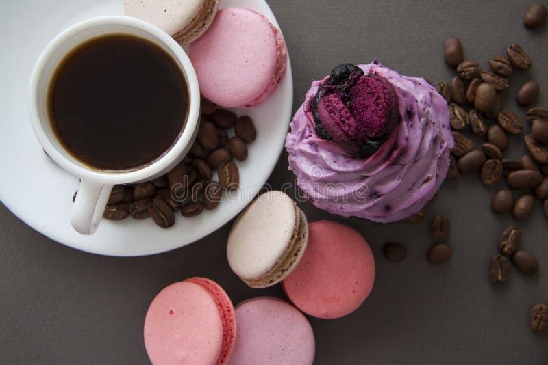 Kop espresso en snoepjes op grijs stock foto's