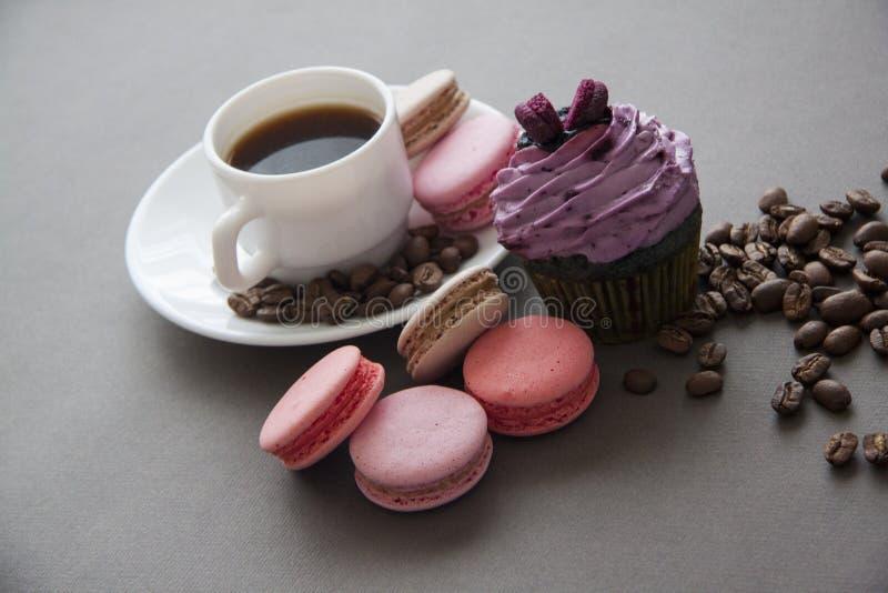 Kop espresso en snoepjes op grijs stock fotografie