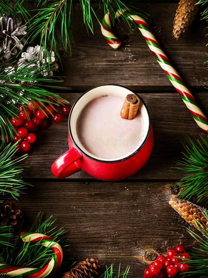 Kop hete chocolade en Kerstmisdecoratie op houten achtergrond stock afbeelding