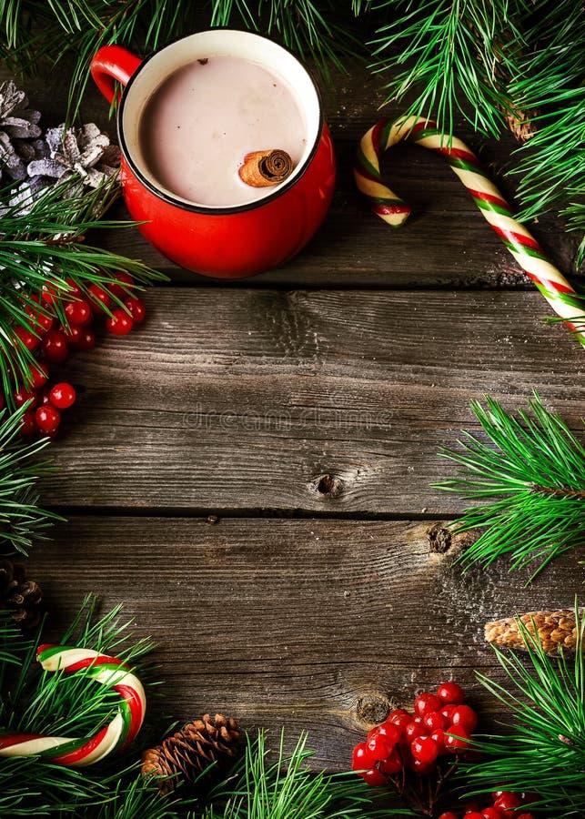 Kop hete chocolade en Kerstmisdecoratie op houten achtergrond stock foto's
