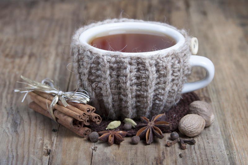 Kop hete gekruide thee en kruiden rond stock foto's