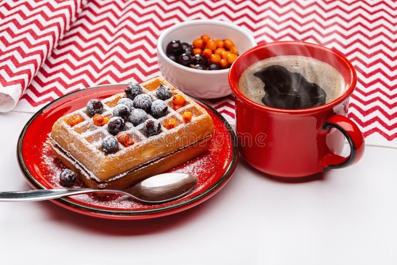 Kop hete koffie en Weense wafels met bessen en duindoorn stock fotografie