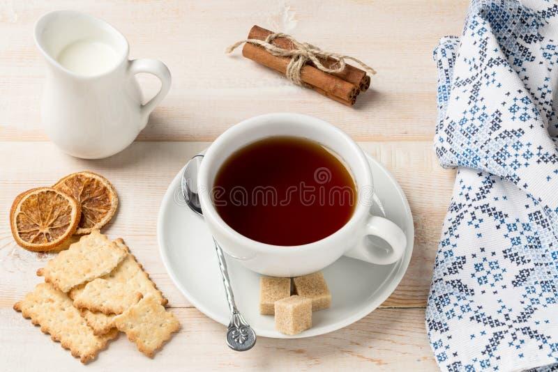 Kop hete thee en koekjes stock fotografie
