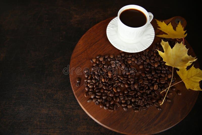 Kop koffie en bonen op houten achtergrond royalty-vrije stock foto