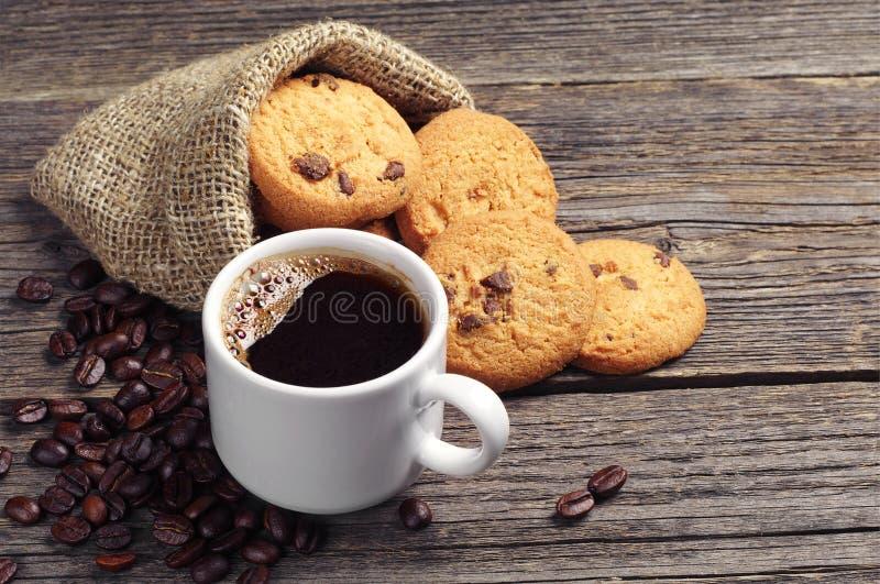 Kop koffie en koekjes stock foto's