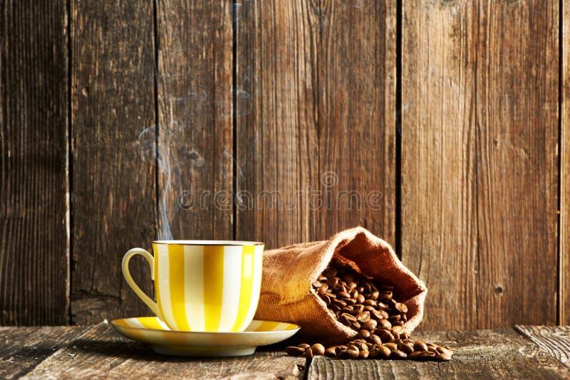 Kop koffie en koffiebonen royalty-vrije stock afbeelding