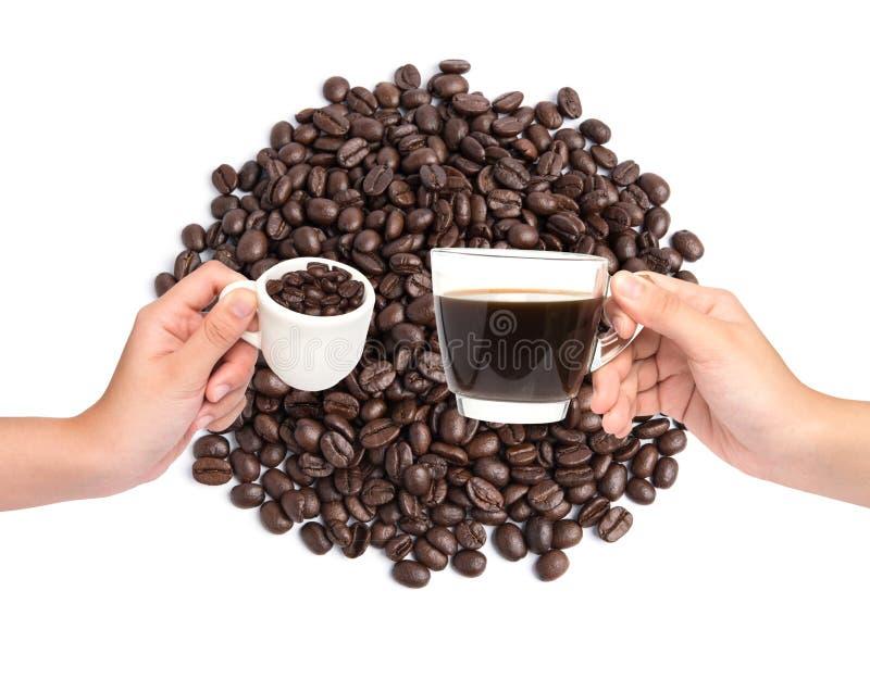 Kop koffie en koffiebonen op de achtergrond van koffiebonen stock afbeelding