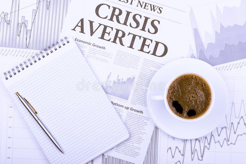Kop koffie, krant en grafieken stock fotografie