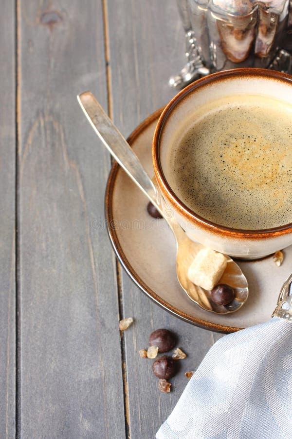 Kop koffie, suikerkubussen en chocoladedalingen op oude houten achtergrond met exemplaarruimte royalty-vrije stock foto's